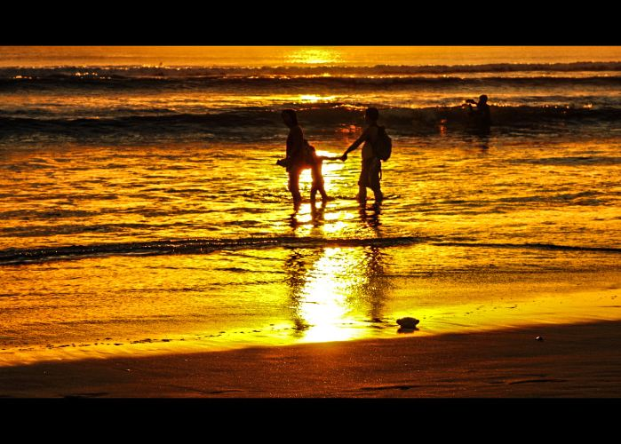 【一家人幸福的漫步海边,无比温暖,格外温馨】 【夜幕下的巴厘岛,斑驳