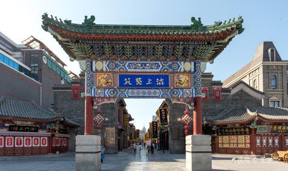 """<p class=""""inset-p"""">古文化街位于天津市南开区,以天后宫为中心,南起水阁大街,北到通北路。这里是天津最著名的老字号和手工艺品店铺集中地。可以找到杨柳青年画、泥人张、魏记风筝等众多的手工艺品,还能品尝到经典的天津美食。</p><p class=""""inset-p"""">古文化街目前有上百家店堂,大多是天津老字号店铺,充满浓郁的民间特色。这里有出售景泰蓝、苏绣、漆器等的综合性店铺乔香阁;有出售土特产的果仁张、皮糖张、<a href=""""http://you.ctrip.com/food/154/225661.html"""" target=""""_blank"""" class=""""inset-p-link"""">崩豆张</a>;最负盛名的还是民间工艺品店铺,拥有神态逼真的彩绘泥塑的""""泥人张"""",使用木板印绘年画的杨柳青年画,制作形态各异的风筝的""""风筝魏""""等,都是游客到古文化街必须去逛一逛的店铺。逛街的同时还可以享受天津特色美食,狗不理包子,煎饼果子,天津大麻花等,绝对满足吃货的胃口。店铺早上8:30左右开张,晚上17:30左右打烊,可以注意一下逛街的时间。</p><p class=""""inset-p"""">除了逛街、吃美食,古文化街还有不少名胜古迹,可以好好逛逛看看。<a href=""""http://you.ctrip.com/sight/tianjin154/10632.html"""" target=""""_blank"""" class=""""inset-p-link"""">天后宫</a>位于古文化街中心,也是古文化街古迹的核心,祭祀保佑出海远航平安的天后娘娘,已有600余年历史。现在是天津民俗博物馆的所在地,馆内介绍了天津城历史、民俗,陈列着明代天津城砖、清代漕运模型、清代水机等文物。<a href=""""http://you.ctrip.com/sight/tianjin154/1408898.html"""" target=""""_blank"""" class=""""inset-p-link"""">戏楼</a>又称""""津门老戏楼"""",可以看相声和变戏法表演。大狮子胡同是近代思想家、教育家严复故居所在地,原房屋已不在,现在旧址上建天演广场,铸有严复铜像。另外还有通庆里、玉皇阁等等,各有特色。</p><p class=""""inset-p"""">每年的农历3月23日是天后娘娘的生日,届时古文化街会举行皇会(最初叫""""娘娘会"""",因乾隆下江南时曾游此会于是得名""""皇会""""),天后宫前广场、宫南、宫北一带都能看到表演,有龙灯舞、狮子舞、少林会、高跷、法鼓、旱船、地秧歌、武术以及京戏、评剧、梆子等,是整个天津最热闹的庙会之一。</p>"""