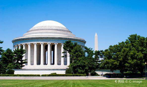 <p >位于华盛顿潮汐湖边的杰斐逊纪念堂,是为了纪念美国第三任总统托马斯&amp;middot;杰斐逊而建的,并按照杰斐逊最喜爱的古罗马神殿式圆顶建筑风格设计,与华盛顿纪念碑隔湖相望。每年4月,湖畔的樱花盛开,环绕通体洁白的纪念堂,美不胜收。</p><p ><strong>1. 《独立宣言》大理石浮雕</strong></p><p >纪念堂的四周巨柱环立,共有54根花岗岩石柱,坚毅肃穆。入口处抬头仰望,便可看到由8根石柱支撑的门廊上庄严的大理石浮雕,描述的正是美国独立前夕,杰斐逊等受大陆会议委任起草《独立宣言》的情景,年轻的杰斐逊就站在正中间,他的左侧还有本杰明&amp;middot;富兰克林和约翰&amp;middot;亚当斯。</p><p ><strong>2. 杰斐逊总统立身铜像</strong></p><p >圆形的纪念堂内部,铺满了粉色和灰色相间的田纳西大理石,四周环立16根巨柱,在正中央耸立着一座近6米高的杰斐逊总统立身铜像,在铜像身后的石壁上,镌刻着杰斐逊生前的一段话:&amp;ldquo;我已经在上帝圣坛前许下誓言,永远反对笼罩在人类心灵的任何形式的暴政。&amp;rdquo;他一生丰功伟绩,主张人权平等,言论、宗教和人身自由,与华盛顿、林肯、罗斯福总统比肩齐名。</p><p ><strong>3. 樱花烂漫的湖光美景</strong></p><p >在潮汐湖边便可拍摄纪念堂的全景,也可以坐在台阶上欣赏潮汐湖,眺望湖对岸的华盛顿纪念碑。而一年之中最美的时候则是4月,彼时纪念堂边的潮汐湖畔樱花盛开,配上湖中白色纪念堂的倒影,美不胜收。</p>