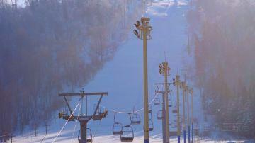 雪乡滑雪场缆车与滑道近景
