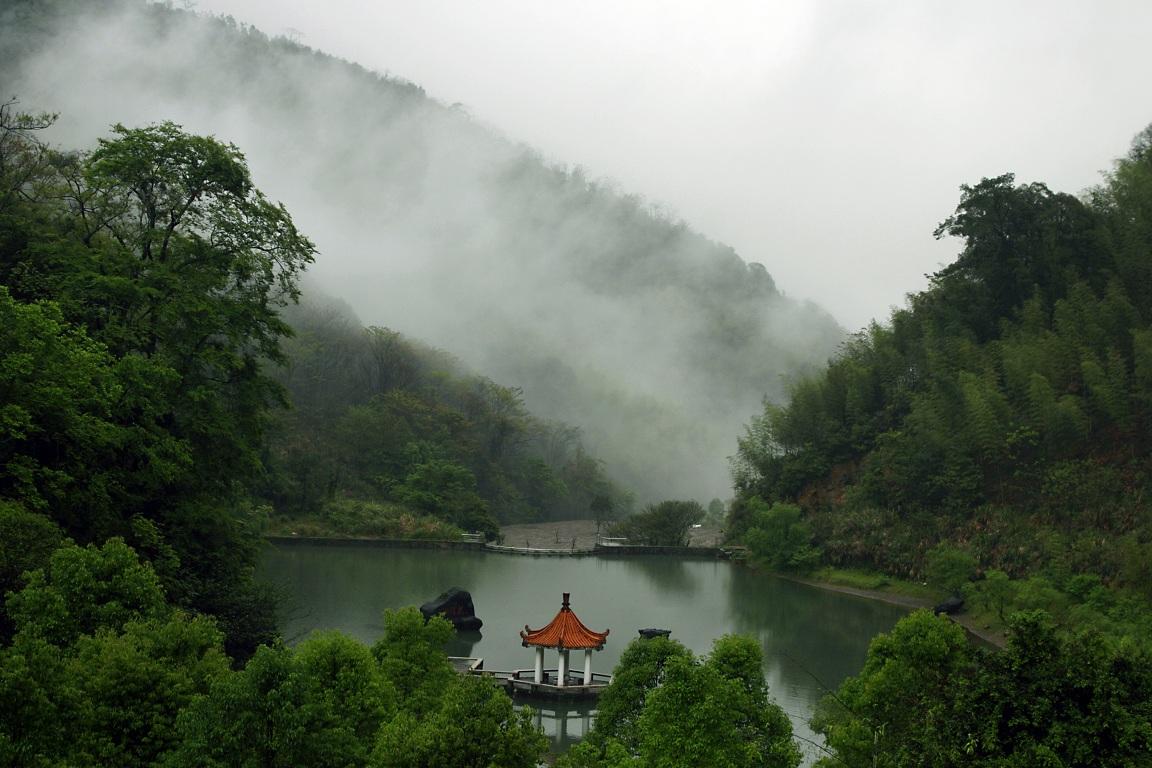 烟雨龙潭湖