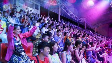 游客现场观看演出5