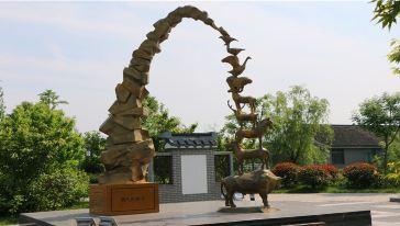 消失的影子:仿铜雕塑,展示了从古至今已经消失了的各种生物,警示人类要保护环境,爱护动物。
