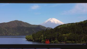 展望室よりみる芦ノ湖と富士山