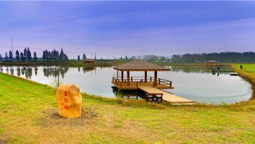 玉龙湖垂钓中心,优美的环境,二十多种淡水鱼,是您休闲垂钓的绝佳场地。