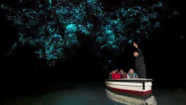 Boat with Glowworms怀托摩萤火虫洞 - 乘小船观萤火虫