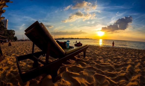 "<p class=&quot;inset-p&quot;>芭提雅已成为""海滩度假天堂""的代名词。芭提雅海滩素有东方夏威夷之称,它位于芭提雅15公里海岸线中沙质最细、海水最清的一段,长约3公里。这里坡度平缓、沙白如银、海水清净、阳光灿烂,是优良的海滨浴场。</p><p class=&quot;inset-p&quot;><strong>适合各类人群的海滩</strong></p><p class=&quot;inset-p&quot;>海滩的北部比较安静,有不少漂亮的海滩酒店和度假村,适合希望安安静静享受假期的度假者。而南部则集中着无数小旅馆、餐厅、服装店、酒吧等各种各样的商业和娱乐场所,适合喜欢热闹和刺激的年轻人。</p><p class=&quot;inset-p&quot;>因为芭提雅本身就是沿着海岸建设的城市,所以从海滩周边的很多酒店出来几步路就可以到海滩,游泳后穿着泳衣在大街上晃悠也不足为奇。</p><p class=&quot;inset-p&quot;><strong>丰富的水上运动</strong></p><p class=&quot;inset-p&quot;>白天在芭提雅海滩上最热闹的活动就属各种水上运动,滑水每小时1200泰铢,滑翔伞一次800泰铢,一般为10-15分钟,帆板运动每小时500泰铢。如果能租到渔船、专业的钓鱼导游和钓具,不妨也可以试试休闲垂钓,价钱也很公道。</p><p class=&quot;inset-p&quot;><strong>休闲的沙滩度假</strong></p><p class=&quot;inset-p&quot;>海滩附近到处是热带树木和椰林,表现出浓郁的东方热带风光。除了刺激的水上运动外,你也可以游泳或者晒晒日光浴,在沙滩上等待欣赏日出或日落,一样别有情调。</p><p class=&quot;inset-p&quot;>到了晚上,这里又是另外一副场景,海滩上一边是热闹的酒吧,一边是海景,氛围超级好,你可以边吃烧烤,边喝啤酒,还可以听听歌,无穷无尽的各种娱乐方式等着你去体验。</p><p class=&quot;inset-p&quot;>此外,离海滩不远处还有一个商场叫Central Festival,里面吃喝玩乐应有尽有。如果时间充裕的话,还可以去附近的<a href=&quot;http://you.ctrip.com/sight/pattaya208/8136.html&quot; class=&quot;inset-p-link&quot;>信不信由你博物馆</a>游览一下。</p>"