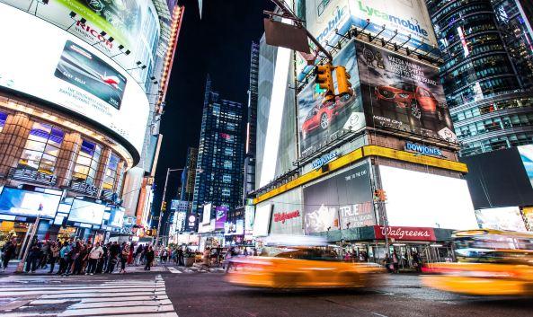 <p>时代广场是纽约的地标,第七大道与百老汇大道交汇形成的这一片三角地带,高楼耸立、店铺云集,附近聚集了近40家商场和剧院。夜幕降临后大量五光十色的霓虹灯招牌和LED屏幕开启,灯火通明,每个屏幕都播放着世界各地的广告和宣传片。</p><p>这里不分白昼,都有来自世界各地的游客前来参观,街道上游人如织,各国语言穿插其中,随处可见的街头表演更是热闹非凡。</p><p>每年的新年倒计时,是时代广场最为热闹的时刻,从下午开始就要排队入场,到新年来到的那一刻,来自世界各地的游客都将一起欢呼庆祝,绝对是一场难忘的回忆。</p>