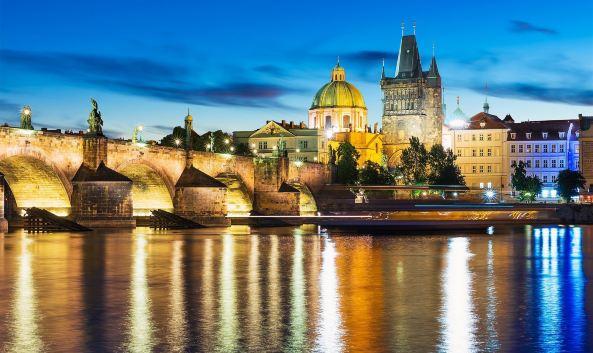 """<p class=""""inset-p"""">布拉格城堡其实是一大片建筑区域,形成了集教堂、宫殿和庭院等于一身的规模庞大的建筑群,面积约有7个足球场那么大,创下了世界上最大的古城堡吉尼斯世界纪录。1992年,布拉格城堡被选列入世界文化遗产目录。</p><p class=""""inset-p""""><strong>历史背景<br /></strong>布拉格城堡始建于9世纪,在14世纪的查理4世时代完工,是捷克历史上历代统治者的居住和办公地,现在是捷克共和国总统的官邸,主要用于外事活动。</p><p class=""""inset-p""""><strong>参观导览<br /></strong>布拉格城堡是游客们来到布拉格的必到之地。旺季(4月-10月)的时候城堡售票口会排起长龙,所以请尽量在城堡开门前前往,以免浪费太多时间。<br />城堡的主入口在西侧,参观时最好由此进入,每逢中午12点,这里的第一中庭会举行卫兵换岗仪式,因此也是众多游人乐于驻足的地方。参观第一中庭是不用买票的。<br />穿过马提亚斯之门便来到了第二中庭,这里设有游客服务中心,请在此购买门票,之后的景点就要凭票参观了。布拉格城堡出售的通票有效期为两天(每个景点只可使用一次),时间充裕的话可以多次来此细细品味;如果时间紧张,建议购买B通票,已经涵盖了城堡的精髓景点。另有可单独购票的景点,具体可查询:<a href=""""https:/www.hrad.cz/file/edee/cs/prazsky-hrad-pro-navstevniky/vstupenky/price-list-sph-2015-2016-chinese_audio.pdf"""" class=""""inset-p-link"""">https://www.hrad.cz/file/edee/cs/prazsky-hrad-pro-navstevniky/vstupenky/price-list-sph-2015-2016-chinese_audio.pdf</a>。如有需要,可以租用语音讲解器(3小时350克朗,1天450克朗,暂无中文)或聘请导游讲解。</p><p class=""""inset-p""""><strong>城堡画廊<br /></strong>如果你是绘画爱好者,那就一定不要错<a href=""""http://you.ctrip.com/sight/prague822/25453.html"""" class=""""inset-p-link"""">布拉格城堡画廊</a>,画廊位于第二中庭西侧,这里原本是城堡的马厩,比较容易被人忽略,画廊全年展出鲁道夫二世的珍藏,其中不乏提香、亚琛和鲁本斯的大作。</p><p class=""""inset-p""""><strong>圣维特大教堂<br /></strong>进入第三中庭,赫然出现在你眼前的就是布拉格城堡的地标——<a href=""""http://you.ctrip.com/sight/prague822/25456.html"""" class=""""inset-p-link"""">圣维特大教堂</a>。大教堂气势恢宏,它是布拉格最大、最重要的教堂,也是当年王室加冕和辞世后的长眠之所,捷克著名画家阿尔丰斯·慕夏绘制的彩色玻璃也很值得一看。镇城之宝——波西米亚纯金王冠存放于大教堂内圣温塞斯拉斯礼拜堂的皇冠室。另外,别忘了登上90米高的教堂南塔(需单独购票,150克朗),那里有全捷克最大的钟,还能俯瞰布拉格城堡的壮美景色。</p><p class=""""inset-p""""><strong>旧皇宫<br /></strong>而与教堂咫尺之遥的<a href=""""http://you.ctrip.com/sight/prague822/25450.html"""" class=""""inset-p-link"""">旧皇宫</a>,一度是以往波西米亚国王的住所,其中建于15-16世纪的维拉迪斯拉夫大厅不容错过,宽敞的大厅当年可以容骑士骑马入内,如今捷克共和国总统的历届选举都会在此举行。而在大厅南边的观景长廊上你可以眺望到布拉格城堡花园的美丽景色。继续往南走,你可以去参观布拉格城堡故事展,长达40分钟的纪录片讲述了布拉格城堡的历史,票价包含在A通票内。</p><p class=""""inset-p""""><strong>圣乔治教堂<br /></strong>临近的砖红色建筑就是<a href=""""http://you.ctrip.com/sight/prague822/25457.html"""" class=""""inset-p-link"""">圣乔治教堂</a>,这座二层楼的古老教堂被认为是波西米亚最美丽的仿罗马式杰作。教堂内的壁画《顶棚的耶路撒冷》、《圣母加冕》很值得一看。旁边的圣乔治修道院收藏着大量文艺复兴时期的作品,现在由捷克国立美术馆管理。</p><p cl"""