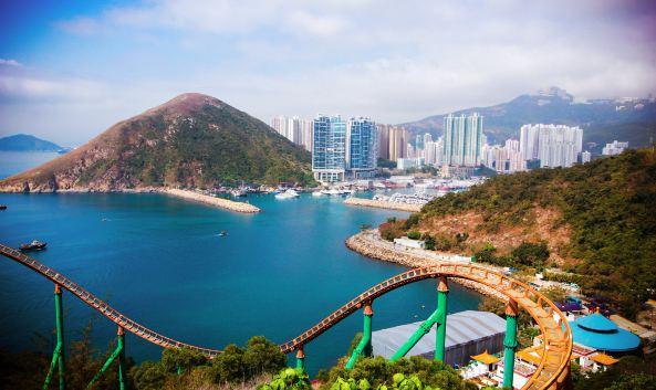 """<p class=""""inset-p"""" class=""""inset-p"""">香港海洋公园凭山临海,拥有全东南亚大的海洋水族馆及主题游乐园,主要分为位于山下的海滨乐园和位于山上的高峰乐园两部分,由海景缆车相连,分为亚洲动物天地、梦幻水都、威威天地、海洋天地等8个主题区域。</p><p class=""""inset-p"""" class=""""inset-p"""">海滨乐园</p><p class=""""inset-p"""" class=""""inset-p"""">海滨乐园部分受欢迎的是梦幻水都,这里有世界十大水族馆之一的""""海洋奇观""""、全港直径大的摩天轮""""环回水世界""""、充满旧香港风情的香港老大街和全球首座360度全景水幕表演""""双龙奇缘""""(每天接近闭馆时间开始),还有香港第一间开在水族馆内的餐厅""""海龙王餐厅"""",可一边欣赏水底世界一边品尝美食。亚洲动物天地为亚洲珍稀动物园,威威天地则是适合小朋友的游乐园区,项目都比较舒缓。</p><p class=""""inset-p"""" class=""""inset-p"""">高峰乐园</p><p class=""""inset-p"""" class=""""inset-p"""">整体来说山上的高峰乐园更为刺激,以游乐场嘉年华为主,也更受大朋友欢迎。海洋天地是海洋乐园受欢迎的海豚海狮表演""""海洋剧场""""的所在地,每天基本上有三场表演,具体时间需在官网查询。另外还有全亚洲大的独立水母馆,可以欣赏各种美丽的海洋生物。冰极天地是南北极生物园区,可以看到企鹅、北极狐、北极狮等,喜欢极地动物的不可错过。热带雨林天地以热带雨林为主题,除了有各种热带动物,还有水上游乐设备。大朋友也会喜欢这里,急流天地和动感天地都是刺激的游乐项目,包括滑浪飞船、翻天覆地等。</p><p class=""""inset-p"""" class=""""inset-p"""">园内交通</p><p class=""""inset-p"""" class=""""inset-p"""">连接山上山下,有三种交通设施,登山缆车、海洋列车和登山电梯。登山缆车是受欢迎的交通方式,可以全方位的欣赏到港岛南区和南中国海的美丽景色,不过排队的人非常的多。海洋列车为双向缆索列车,速度非常快,只需要三分钟,就可以从海滨乐园到高峰乐园。登山电梯是香港第二长的露天扶梯,链接海洋天地和急流天地,总长225米。建议乘海洋列车上山,下山的时候先坐登山电梯,再坐登山缆车,因为总的来说上山乘缆车排队的多,这样既节省时间,三种交通方式又都可以体验到。</p><p class=""""inset-p"""" class=""""inset-p"""">主题活动</p><p class=""""inset-p"""" class=""""inset-p"""">香港海洋公园每年会举行5个大型活动,包括新年主题的开运大团拜、珍稀动物主题的高清动物园、暑假清凉主题的夏水礼、万圣节主题的十月全城哈喽喂和圣诞主题的圣诞全城HOHOHO,届时会有很多特色项目可以体验。</p><p class=""""inset-p"""" class=""""inset-p""""><br /></p>"""