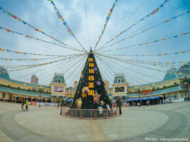 南通探险王国邻侧,是江苏省内最大的室内恒温水上游乐园.