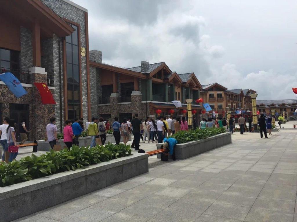 長白山旅游集散服務中心作為長白山地區首個綜合型旅游服務中心,總投資8億元,項目占地面積20萬平方米環境優美、建筑風格美觀大氣,總建筑面積達21萬平方米。計劃建設周期為2年,項目為旅游公共服務設施,打造集吃、住、行、游、購、娛等多功能于一體的綜合功能服務中心
